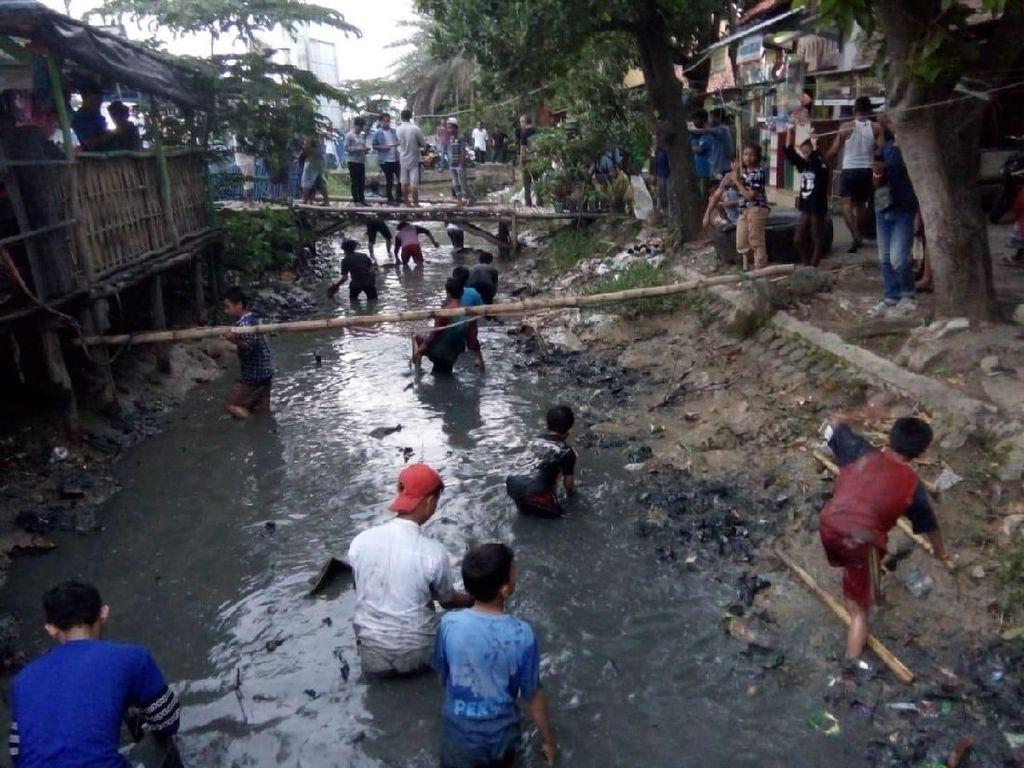 Sosok Keluarga Pembuang Uang Jutaan Rupiah di Sungai Indramayu