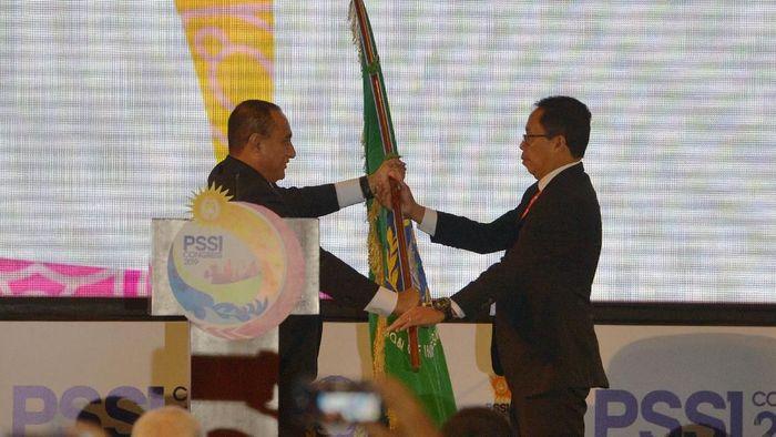 Edy Rahmayadi menyerahkan kekuasaan PSSI kepada Joko Driyono. (Nyoman Budhiana/ama/Antara)