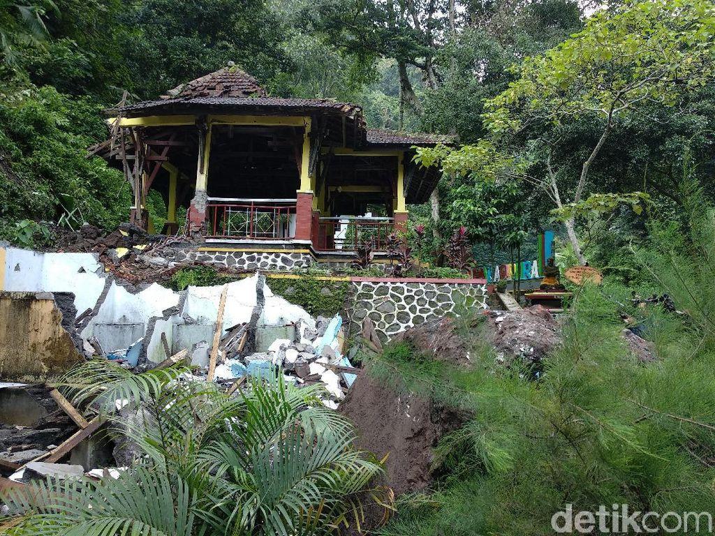 Longsor Terjang 2 Pendopo di Air Terjun Madakaripura