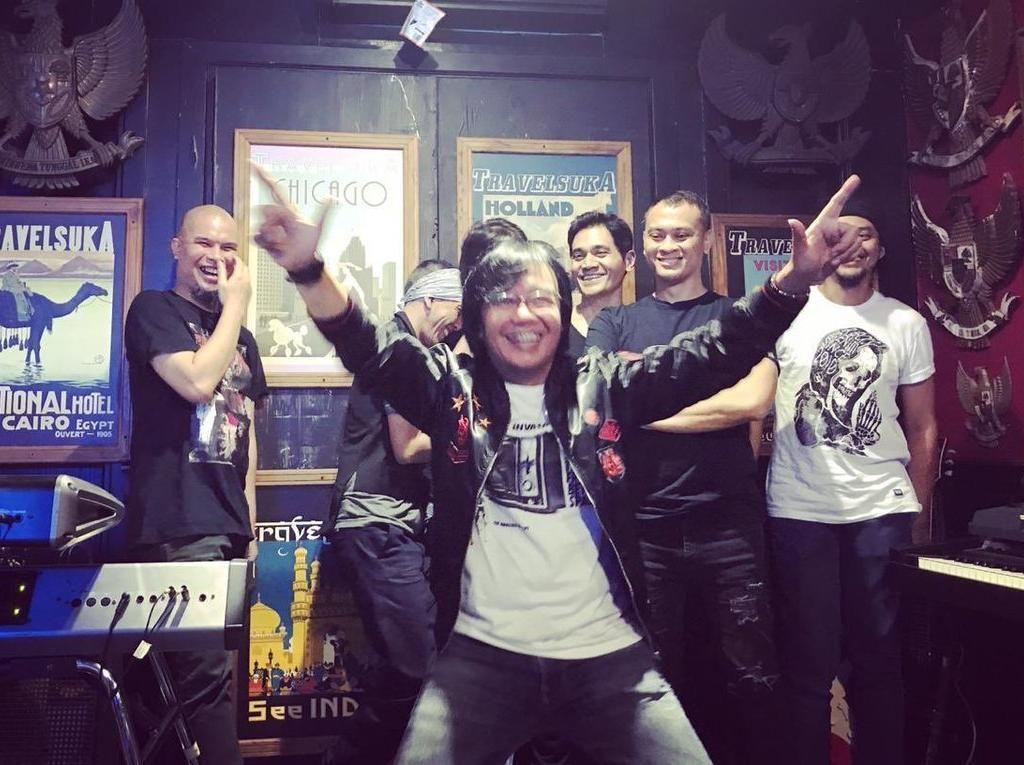 Ari Lasso Jelaskan Pose 2 Jari, Ayu Ting Ting vs Andika Kangen Band