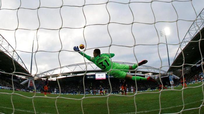 Ederson menjaga gawang Manchester City tetap perawan saat menghempaskan Huddersfield Town 3-0. Clean sheet yang kesepuluh bagi kiper Brasil itu di musim ini. Foto: Phil Noble/Reuters