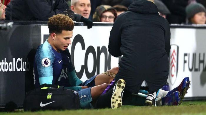 Dele Alli cedera saat menghadapi Fulham. (Foto: Clive Rose/Getty Images)