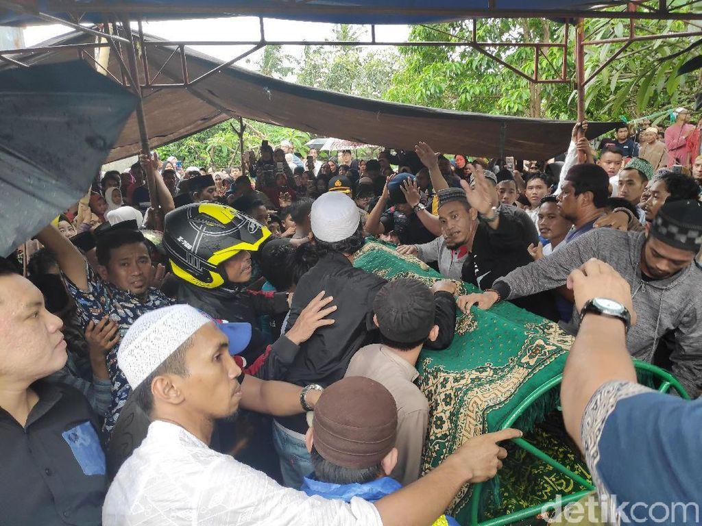 Proses Pemakaman Istri Ustaz Maulana Dipadati Ratusan Warga