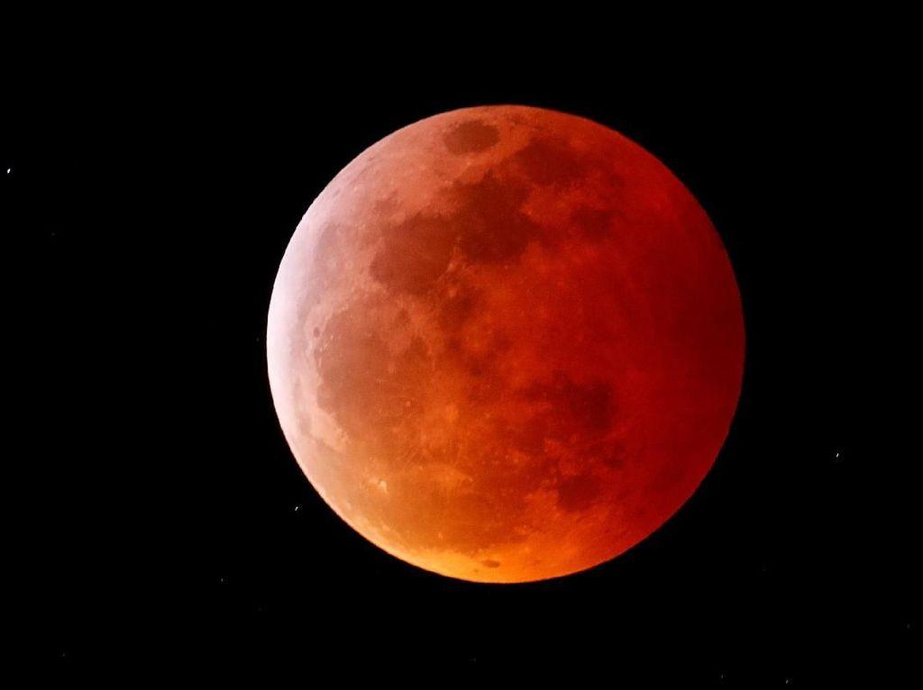 Keren! Penampakan Gerhana Bulan Serigala di Seluruh Dunia