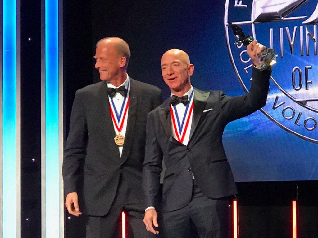 Diterpa Skandal Selingkuh, Jeff Bezos Tetap Tersenyum Lebar