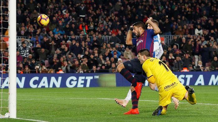 Gol kontroversial Luis Suarez ke gawang Leganes. Foto: Albert Gea/Reuters