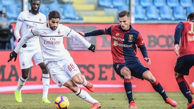 AC Milan mendominasi permainan dari Genoa. (