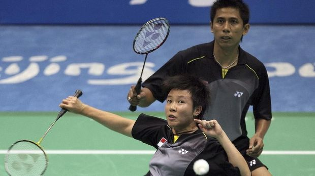 Liliyana Natsir (L) and Nova Widianto of Indonesia play against Sudket Prapakamol and Thoungthongkam Saralee of Thailand in their mixed doubles quarter-final badminton match during the 2008 Beijing Olympic Games at the Beijing University of Technology Gymnasium on August 14, 2008. Natsir and Widianto won the match 21-13, 21-19.   AFP PHOTO/Indranil MUKHERJEE (Photo by INDRANIL MUKHERJEE / AFP)