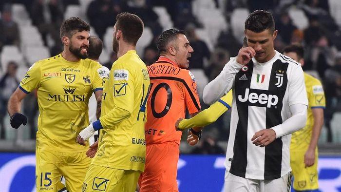 Eksekusi penalti Cristiano Ronaldo digagalkan kiper Chievo, Stefano Sorrentino (Foto: Tullio M. Puglia/Getty Images)