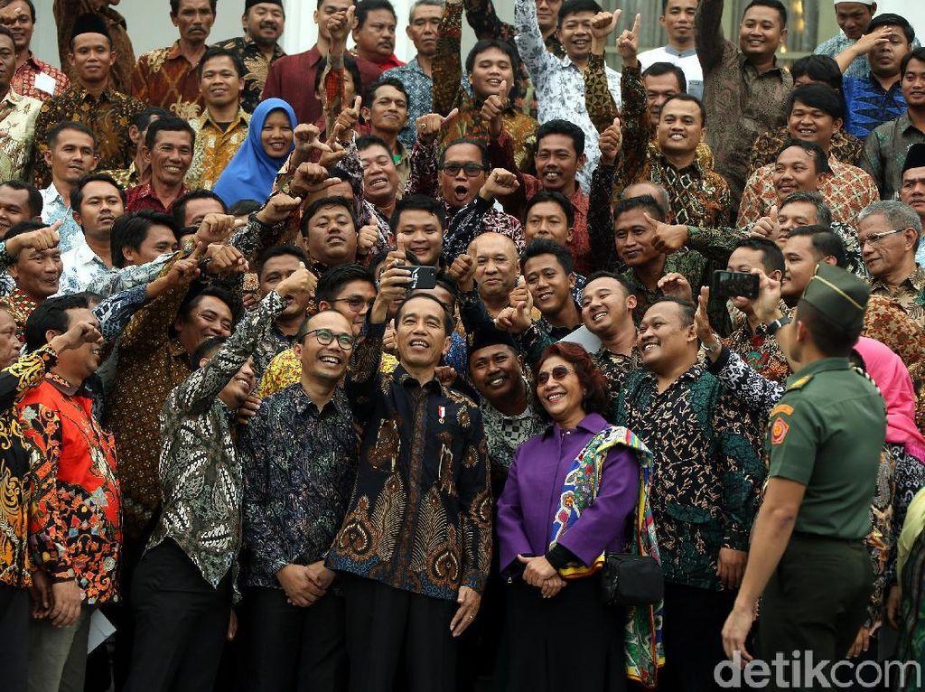 Nelayan Selfie Satu Jari dengan Jokowi