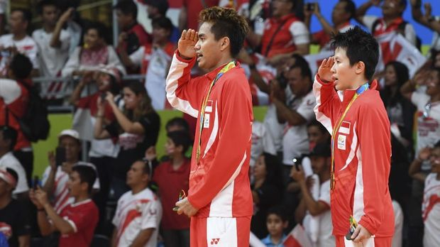 Gold medalists Indonesia's Tontowi Ahmad (L) and Indonesia's Liliyana Natsir hold their medals on the podium following the mixed doubles Gold Medal badminton match at the Riocentro stadium in Rio de Janeiro on August 17, 2016, at the Rio 2016 Olympic Games. (Photo by GOH Chai Hin / AFP)
