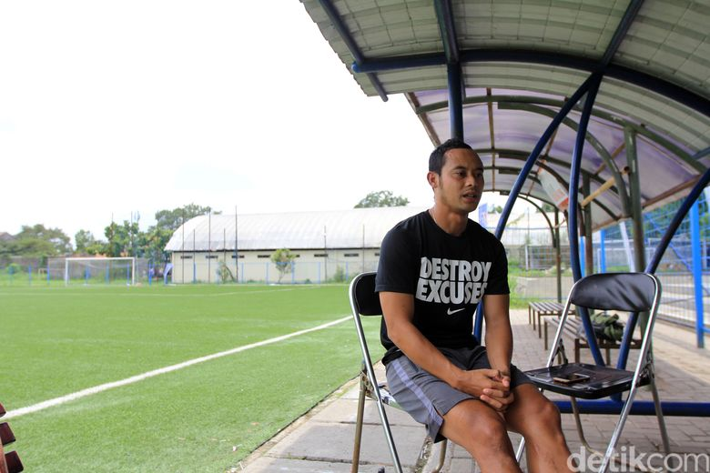 Atep tak lagi mengenakan jersey Persib. Dia diputus sepihak lewat telepon oleh manajemen Maung Bandung.