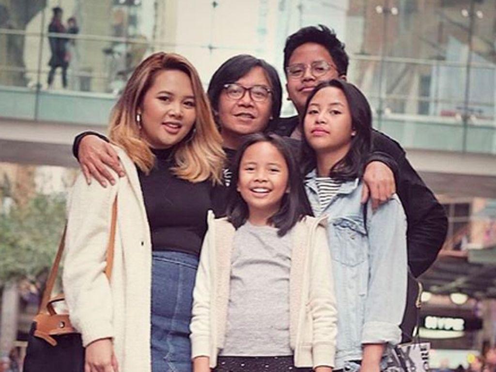So Cute! Kompaknya Ari Lasso Bersama Istri dan Anak-anak