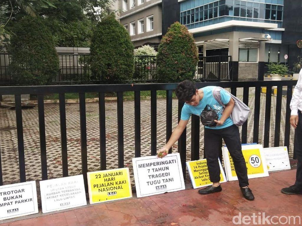 Koalisi Pejalan Kaki Tabur Bunga di Tugu Tani