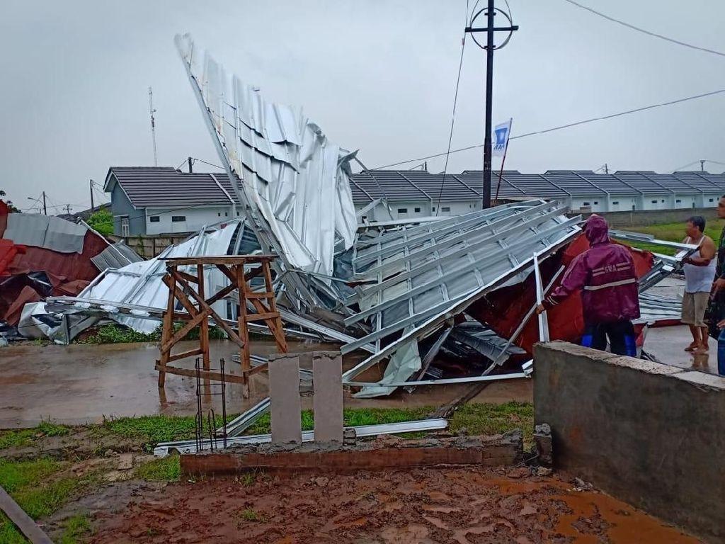 9 Ruko Rusak dan Tiang Listrik Roboh Akibat Puting Beliung di Bekasi
