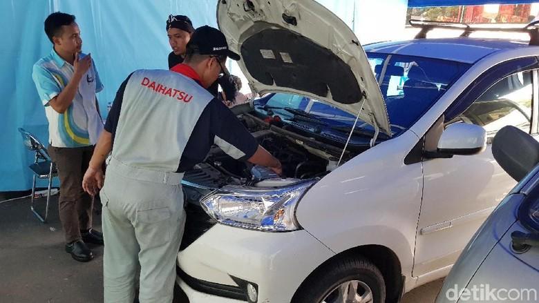 Mekanik tengah menyervis mobil Xenia Foto: Daihatsu