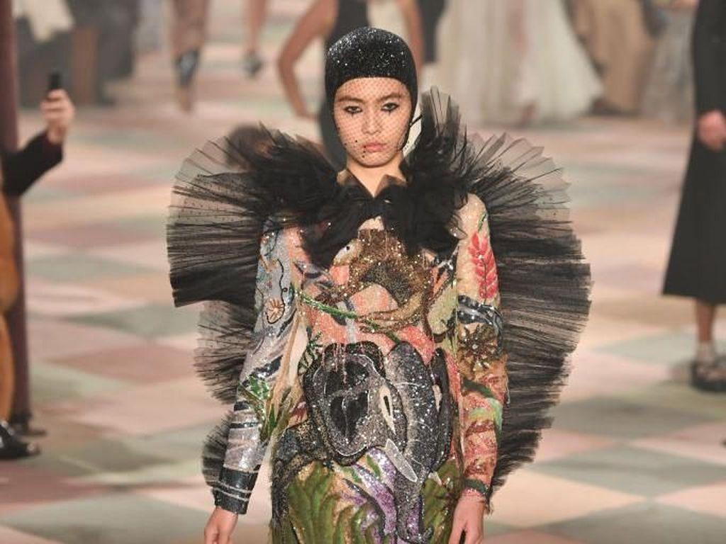 Foto: Badut Anggun Dalam Sirkus Dior di Paris Fashion Week Couture 2019