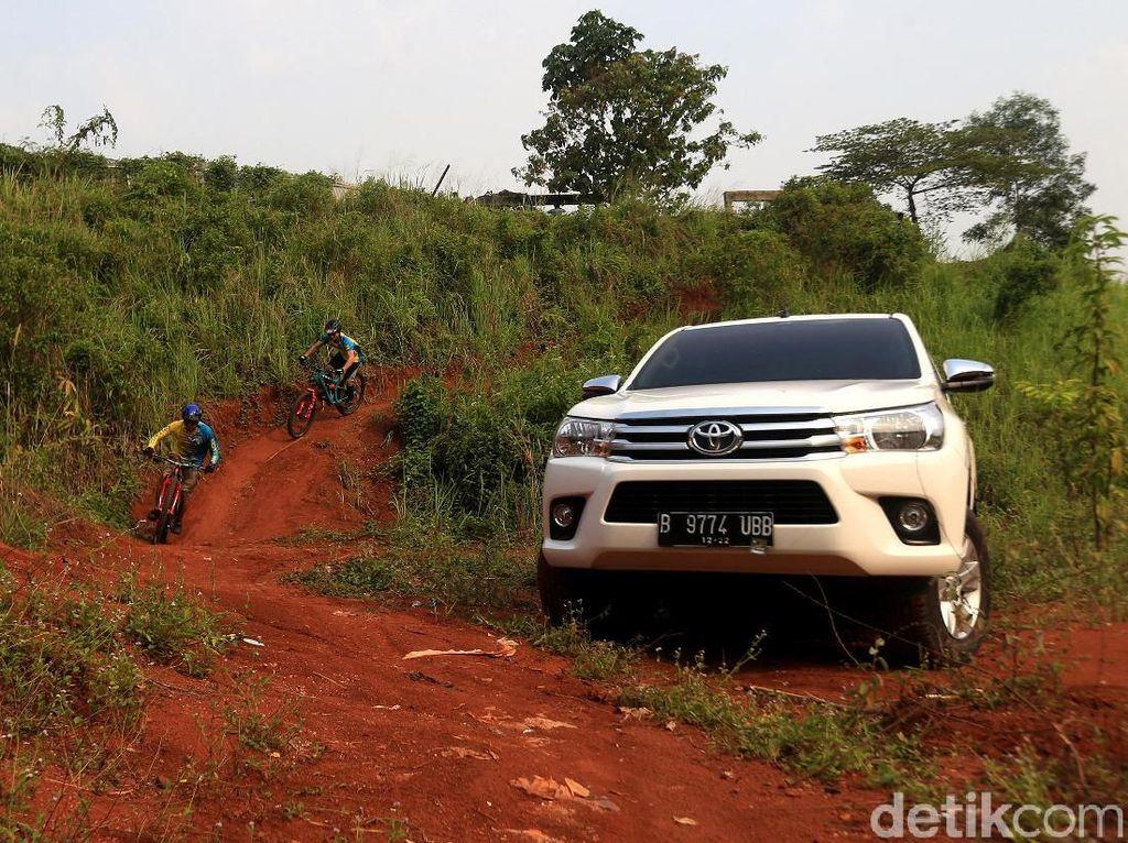 Si Bongsor yang Serba Lengkap, Toyota Hilux