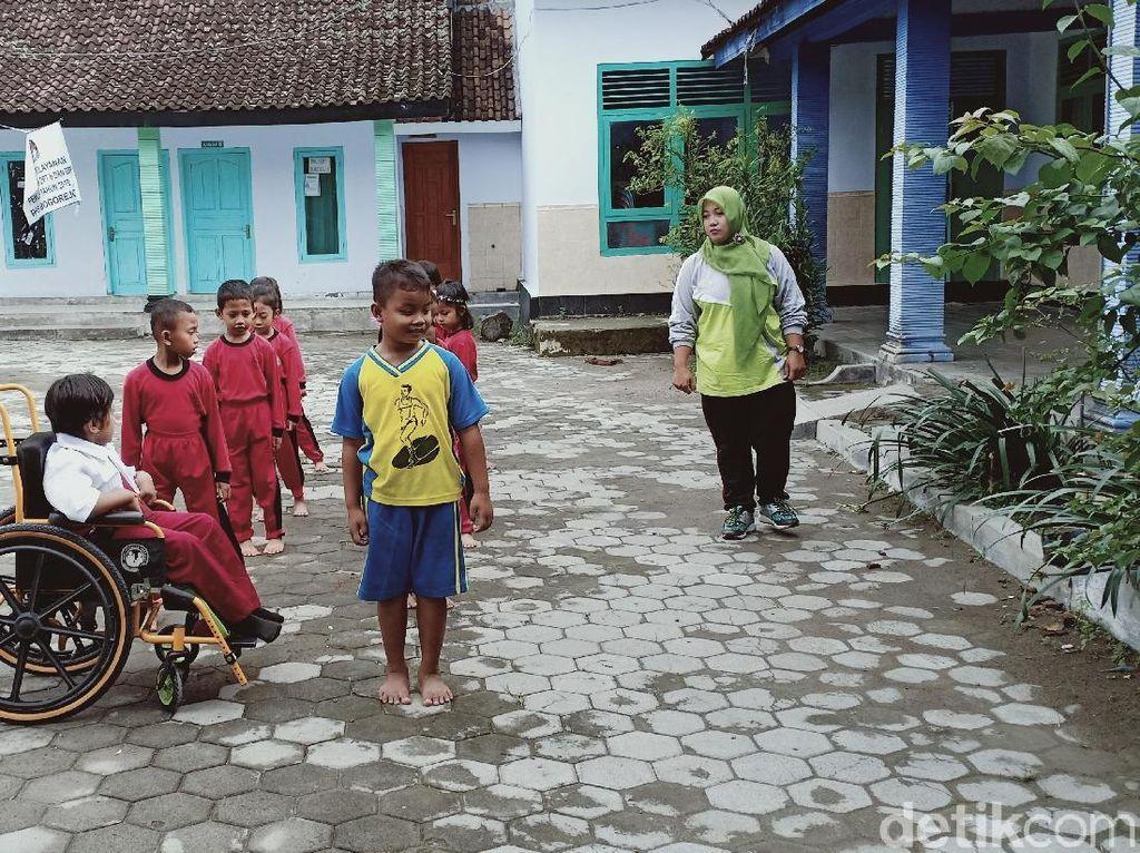 Cerianya Dinda, Bocah Magetan yang 7 Tahun Ngesot Akhirnya Sekolah