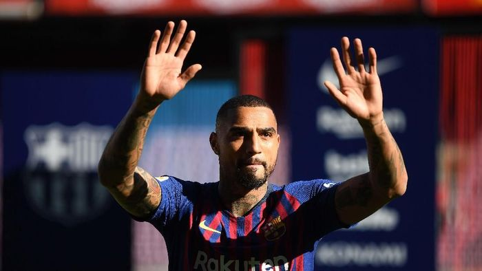 BARCELONA, SPAIN - JANUARY 22: New Barcelona signing Kevin-Prince Boateng waves to fans as he is unveiled at Nou Camp on January 22, 2019 in Barcelona, Spain. (Photo by David Ramos/Getty Images)