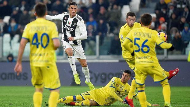 Cristiano Ronaldo gagal mencetak gol lewat eksekusi penalti ke gawang Chievo