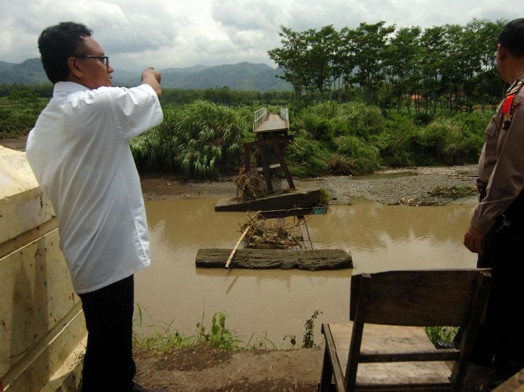 Penampakan Jembatan Sungai Kemisik yang Ambruk Diterjang Banjir