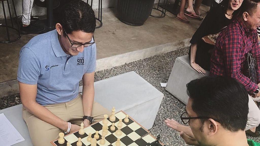 Ridwan Kamil Main Catur Lawan Sandiaga, Siapa yang Menang?