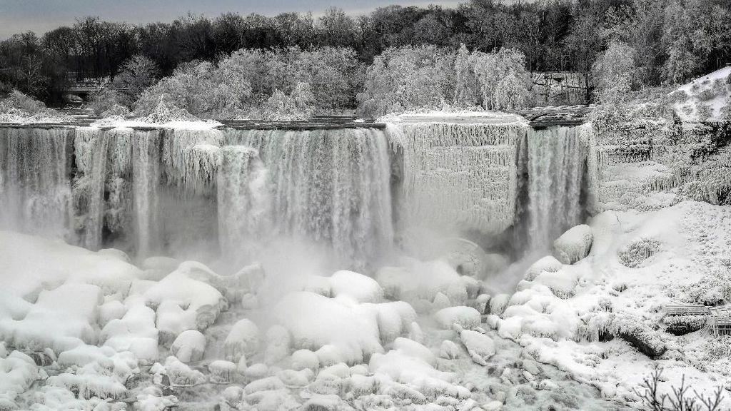 Panorama Menakjubkan Hamparan Es di Air Terjun Niagara