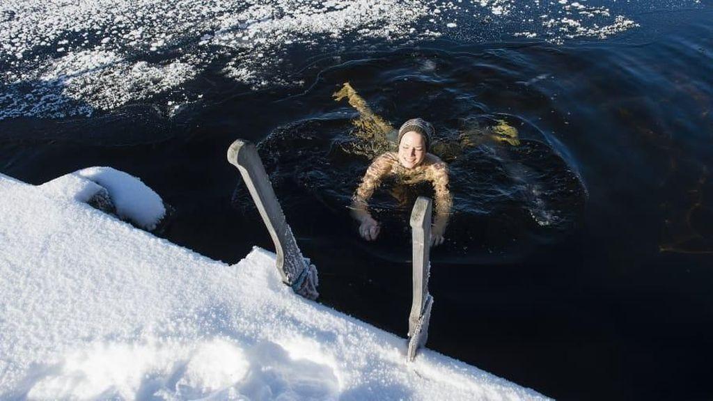 Foto: Khasiat Berenang di Air Es