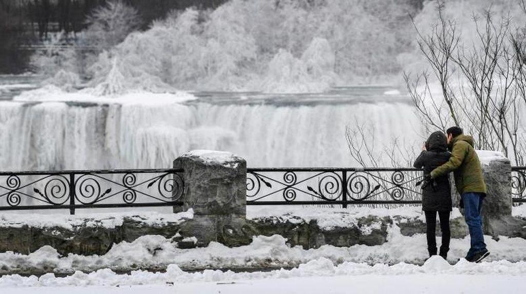 Foto: Air Terjun Niagara Membeku, Bikin Takjub!