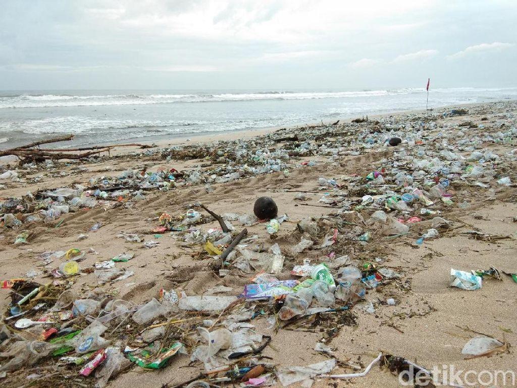 Foto: Sampah Berserakan di Pantai Kuta yang Bikin Kaget