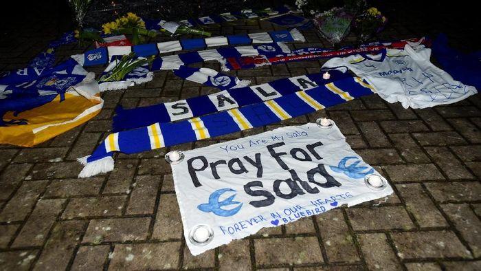 Dukungan untuk Emiliano Sala datang dari suporter Cardiff dan Nantes (Rebecca Naden/Reuters)