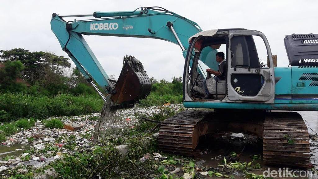 Tumpukan Sampah yang Menutup Kali Cibalok Bekasi Dibersihkan