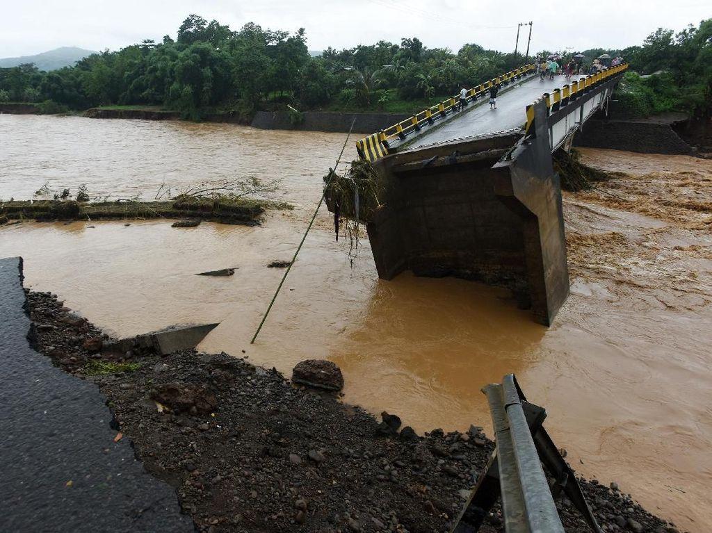 Ngeri! Jembatan di Gowa Amblas Akibat Diterjang Banjir