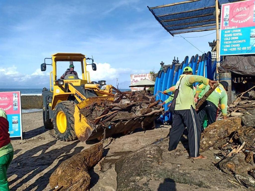 Pantai Kuta Diserbu Sampah Kiriman, 4 Alat Berat Dikerahkan