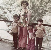 Masa kecil Ahok bersama ibu dan kedua adiknya/
