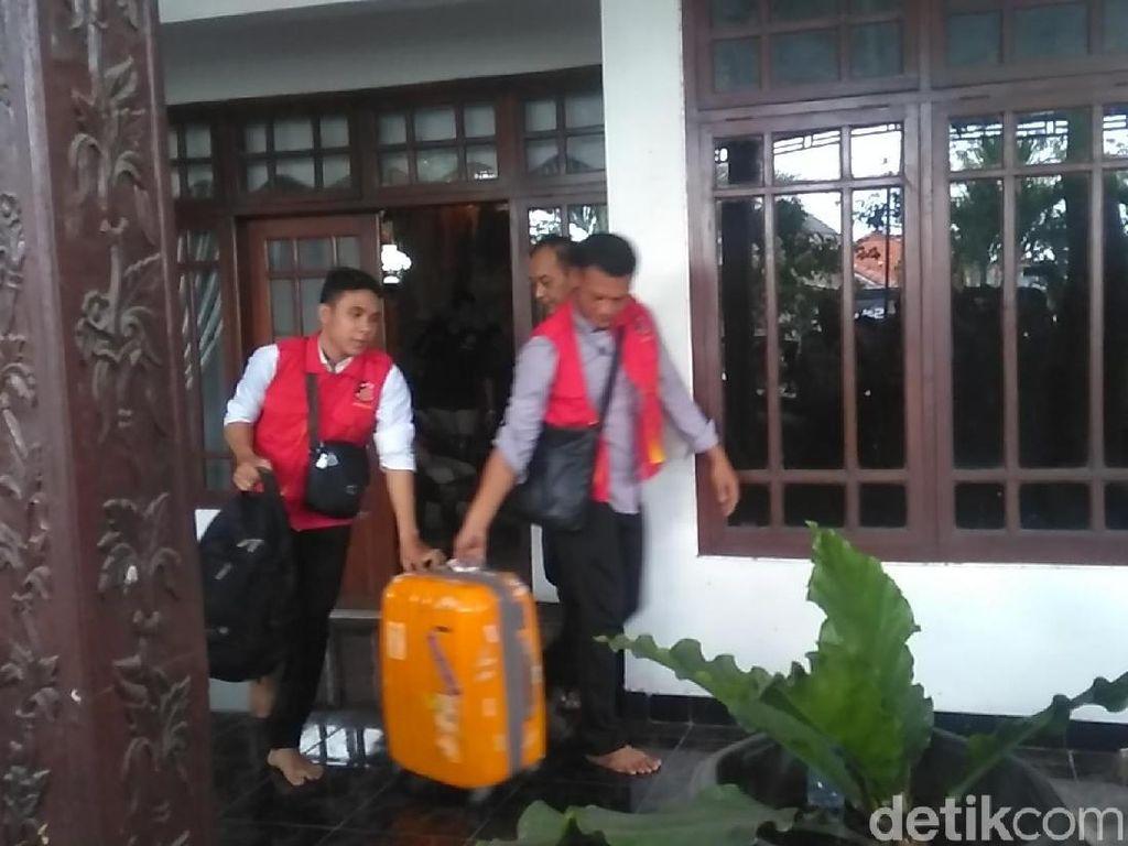 7 Jam Geledah Rumah Hidayat, Satgas Anti Mafia Bola Angkut Koper Oranye