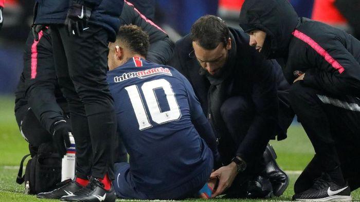Neymar dapat cedera dan dikhawatirkan akan absen panjang hingga absen menghadapi Manchester United di Liga Champions (REUTERS/Charles Platiau)
