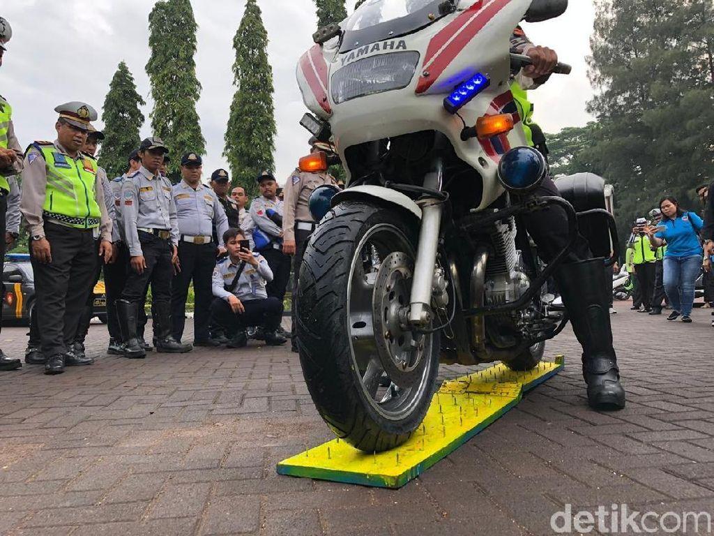 Motor Polisi Tiban Ranjau Paku, Gimana Hasilnya?