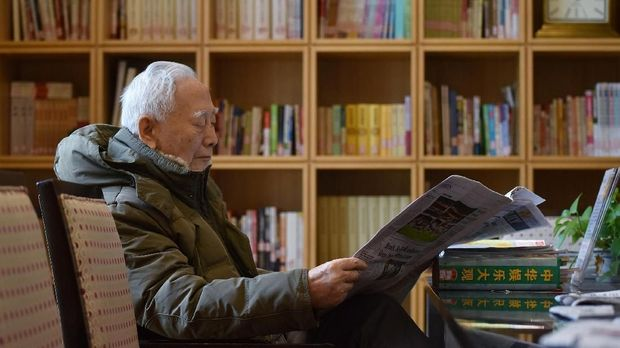 This photo taken on December 5, 2018 shows a resident reading in a library at the Yanyuan community for senior citizens, on the outskirts of Beijing. - As China's population ages rapidly and the one-child policy left parents with only a single child to help them in their old age, the upper crust of Chinese society are spending the last years of their lives in luxury. (Photo by GREG BAKER / AFP) / TO GO WITH China healthcare elderly,FEATURE by Eva Xiao