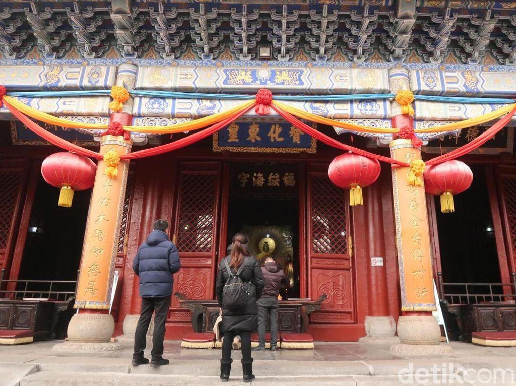 Foto: Wisata Imlek ke Kelenteng Keselamatan Perempuan di China