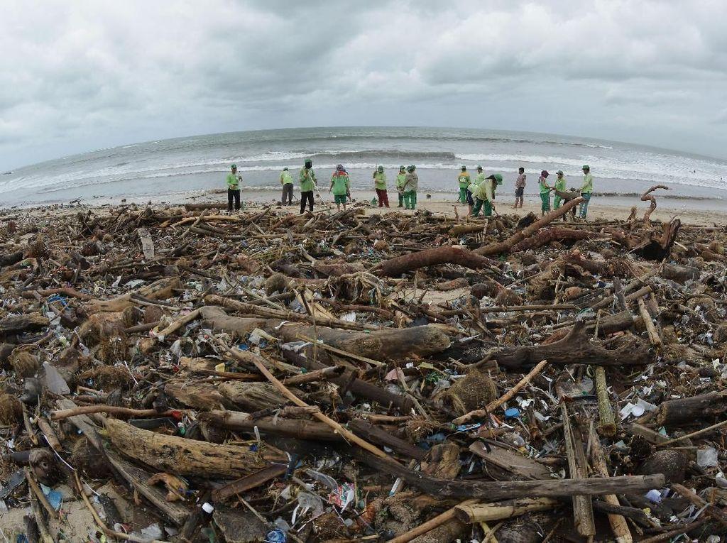 Sampah Berkurang, Wisatawan Boleh Surfing Lagi di Pantai Kuta-Petitenget