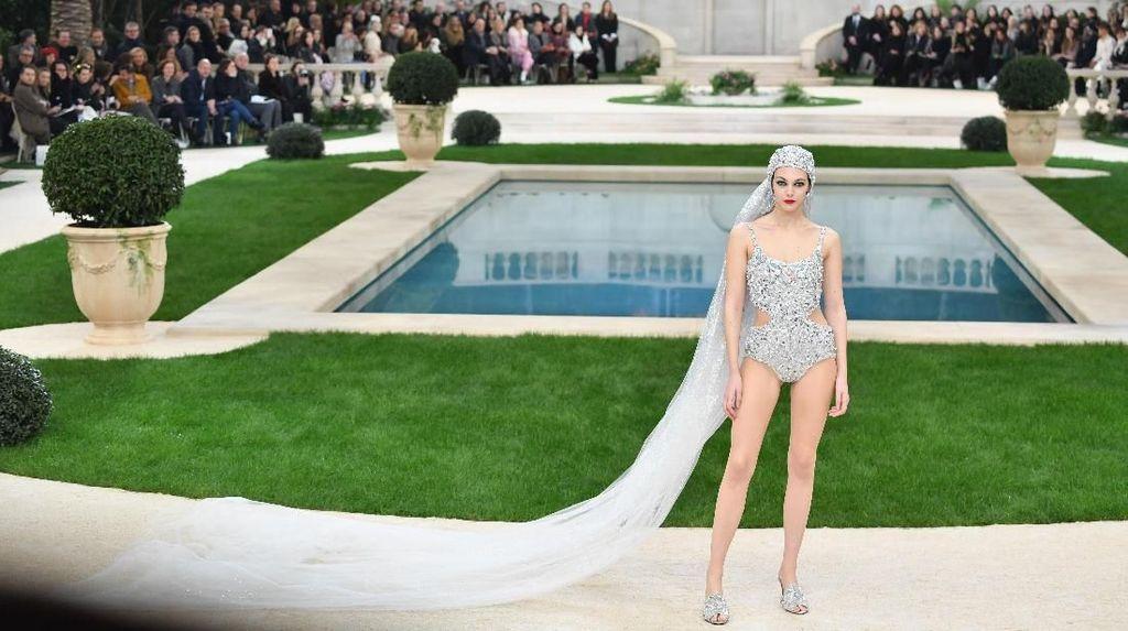 Chanel Rancang Gaun Pengantin Baju Renang Seksi, Berani Pakai?