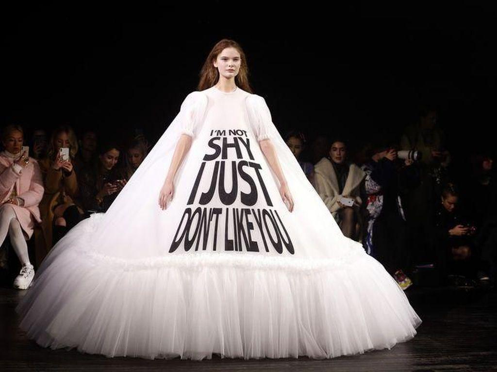 Viral, Gaun-gaun Karya Desainer Paris dengan Kata-kata Meme Lucu