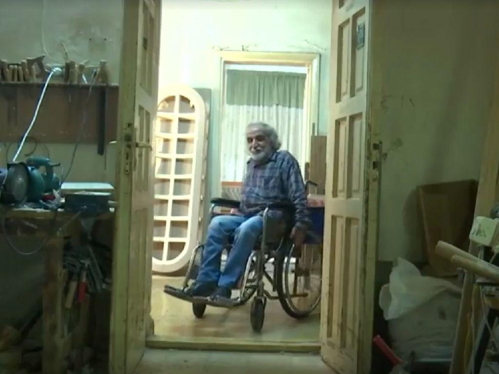 Salut! Kakek Difabel Hasilkan Ornamen Kayu Ciamik