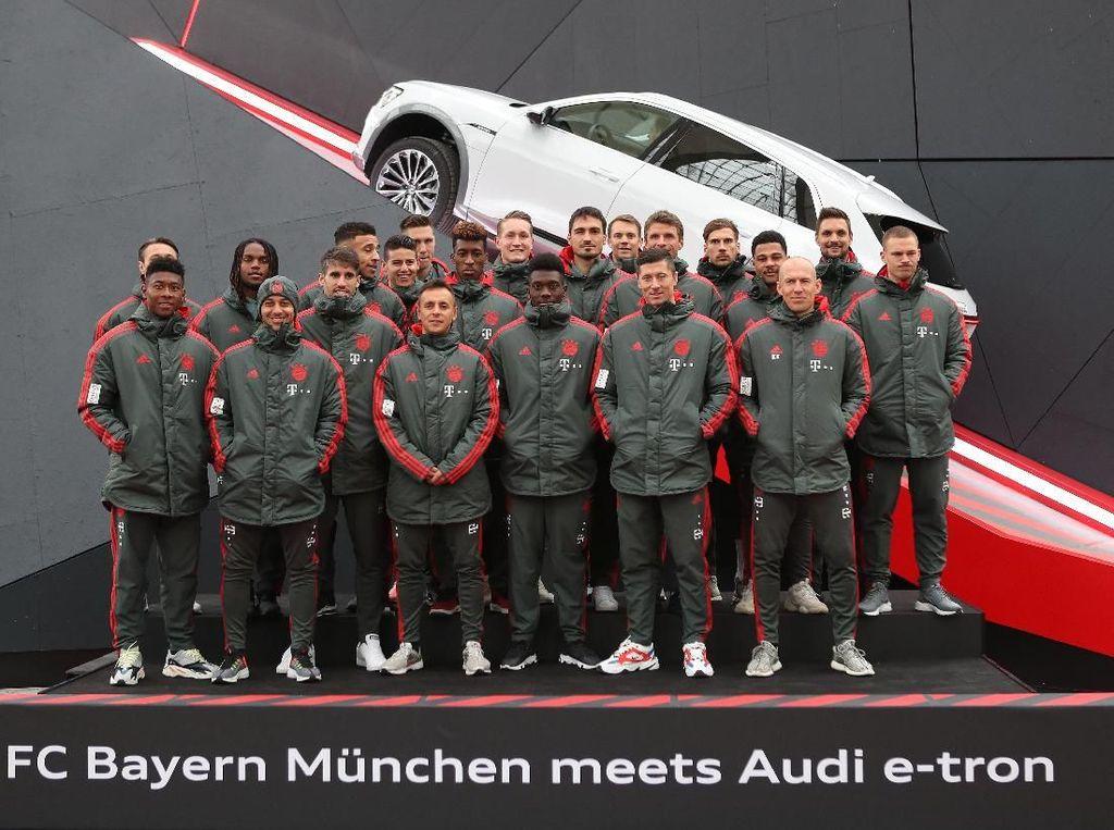 Pemain Bola Bayern Munich Bermain dengan SUV Listrik