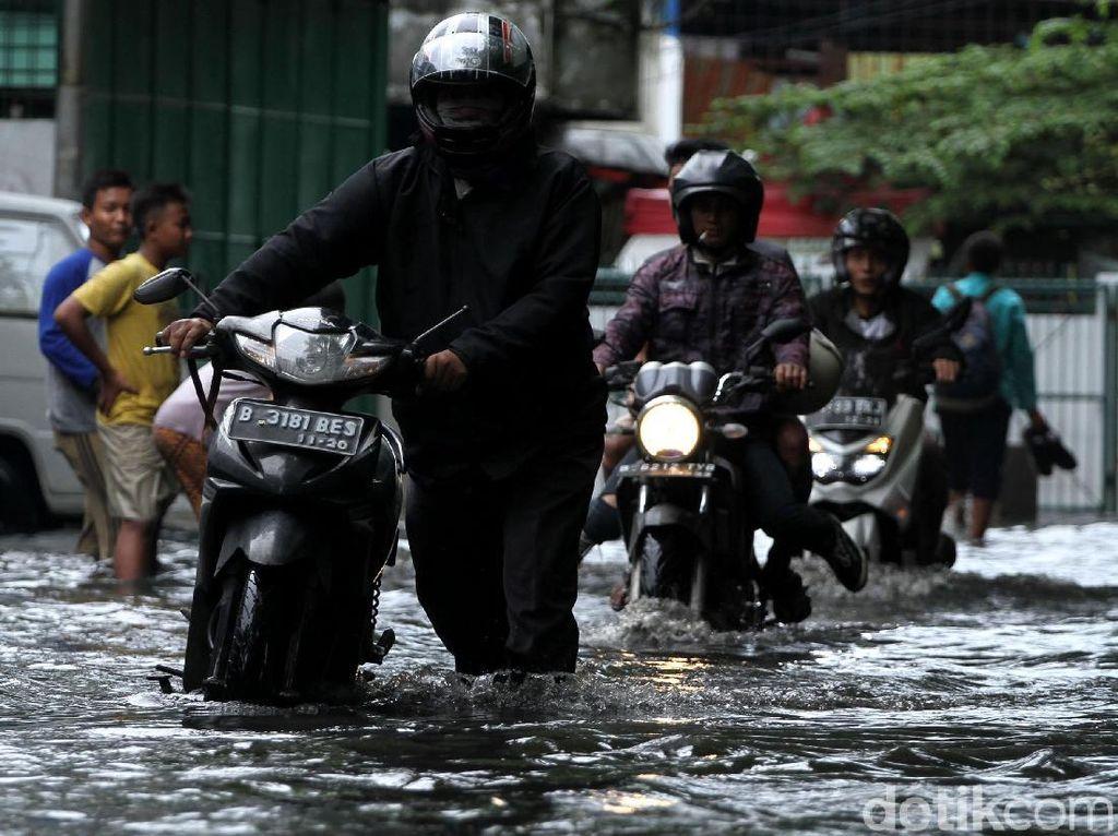 Curah Hujan Tinggi Jalan di Kawasan Cengkareng Tergenang