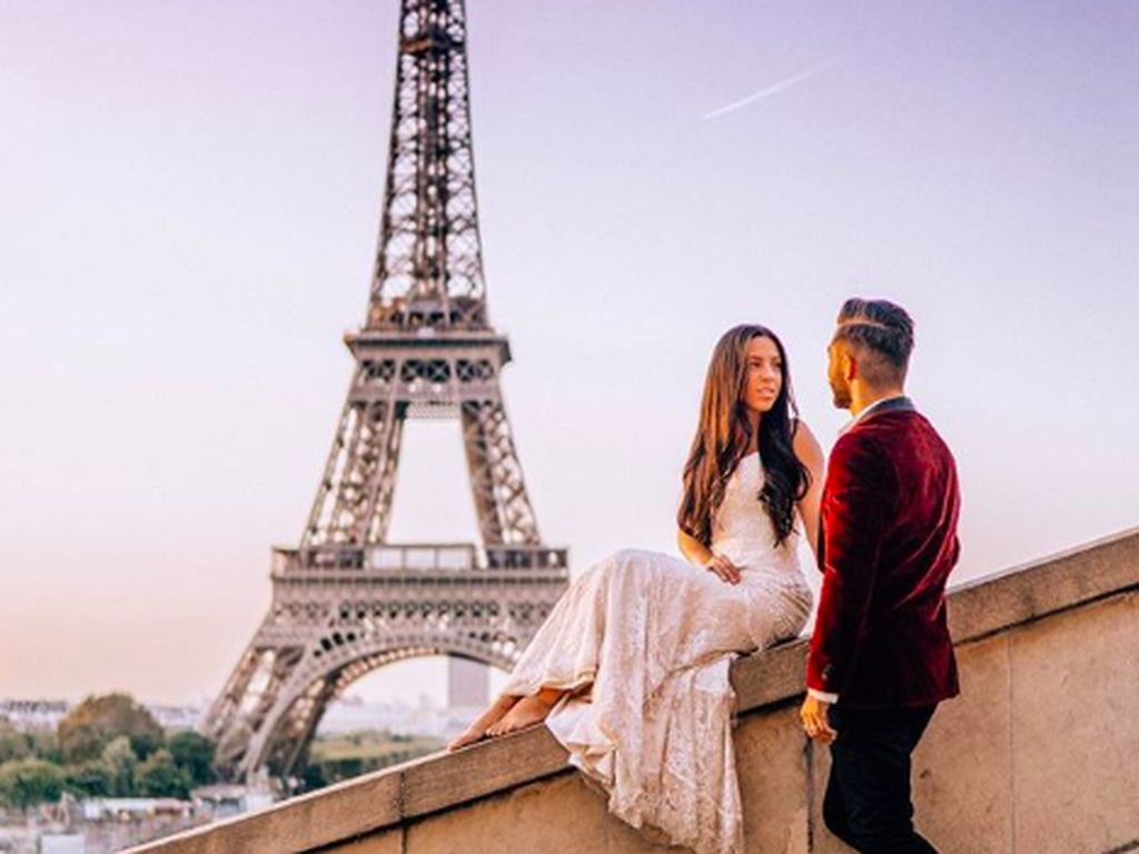 Cerita Pasangan Bulan Madu Keliling 33 Negara Pakai Gaun Pengantin