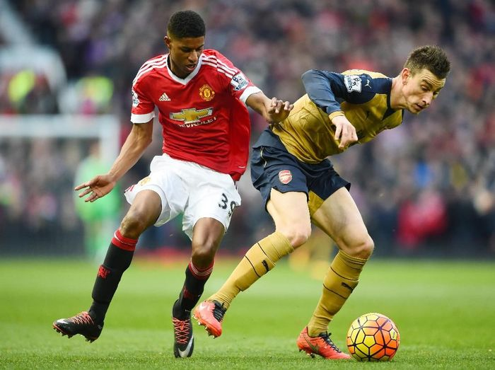 Laurent Koscielny mesti menghentikan Marcus Rashford. Foto: Laurence Griffiths/Getty Images