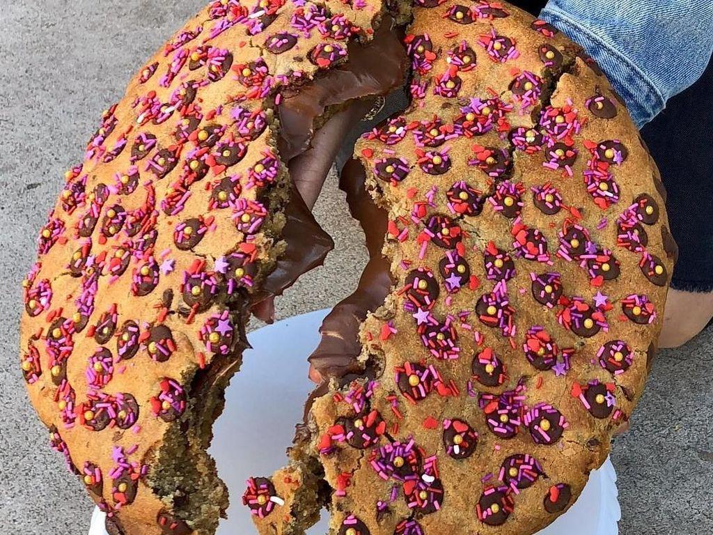 Wouw! Cookies Jumbo 2.7 Kilogram Ini Berisi Limpahan Selai Cokelat Hazelnut